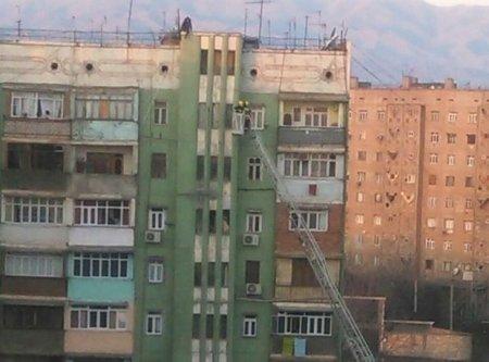 Gəncədə kişi arvadı ilə dalaşıb binanın damına çıxdı